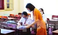Cán bộ coi thi tại điểm thi Trường THPT Hai Bà Trưng (TP Huế) hướng dẫn cặn kẽ cho thí sinh các thông tin, thủ tục cần biết và phải tuân thủ trước khi bước vào buổi thi chính thức vào ngày mai, 9/8.
