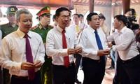 Lãnh đạo Ban Tuyên giáo Trung ương và lãnh đạo tỉnh TT-Huế dâng hương tưởng niệm đồng chí Tố Hữu.