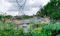 Ngang nhiên đào múc đất sâu dưới hành lang bảo vệ lưới điện 500kV, ngay cạnh móng trụ điện cao thế thuộc khu vực thôn Kim Sơn, xã Thủy Bằng, thị xã Hương Thủy, TT-Huế.