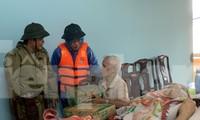 Ông Nguyễn Văn Bình (bìa trái) đi cứu trợ đồng bào lũ lụt, trước khi làm nhiệm vụ cứu hộ công nhân thủy điện và mất tích.
