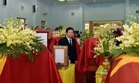 Phó Thủ tướng Trịnh Đình Dũng tại lễ viếng 13 liệt sĩ sáng nay. Ảnh: VGP