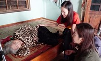 Đại diện Cty Sen Vàng thăm, động viên người già bệnh tật liệt giường, lại vừa chịu hậu quả nặng nề của lũ lụt tại xã Hương Phong, thị xã Hương Trà, TT-Huế.