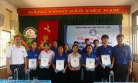 Trao học bổng cho học sinh có hoàn cảnh khó khăn tại Trường THPT Hà Trung, huyện Phú Vang, tỉnh TT-Huế.
