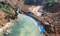 Bắt đầu tìm kiếm dưới lòng sông Rào Trăng, phát hiện thi thể nạn nhân thứ 6.