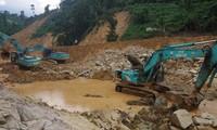 Công trường tìm kiếm nạn nhân mất tích dưới lòng sông Rào Trăng.