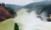 Hồ chứa thủy điện Hương Điền vận hành điều tiết nước qua tràn về hạ du do mưa lớn.