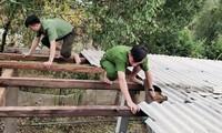 Tuổi trẻ lực lượng công an tại TT-Huế giúp dân lợp lại nhà cửa sau bão.
