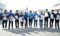 Tặng quà Tết cho thanh niên công nhân tại TT-Huế.