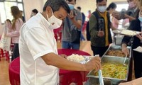 Ông Đoàn Ngọc Hải tỏ ra rất thuần thục trong vai trò của một người phục vụ quán ăn dành cho người nghèo tại Huế. Ảnh: Đình Thành