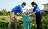 Dọn vệ sinh, thu gom rác thải bảo vệ môi trường xanh, sạch, sáng trong tháng thanh niên tại TT-Huế.