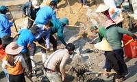 Đoàn viên thanh niên miền núi A Lưới (TT-Huế) tranh thủ ngày nghỉ cuối tuần để tổ chức xây dựng sân chơi cho trẻ em.