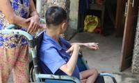 P. bị bại liệt phải ngồi xe lăn suốt 26 năm nay. Ảnh S.T