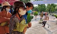 """""""Hạt gạo nghĩa tình"""" đến với người dân nghèo giữa mùa dịch bệnh"""