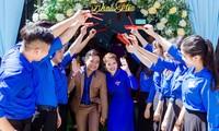 Văn Trân - Hạnh Nữ ấn tượng khi diện áo Đoàn thanh niên trong lễ đính hôn. ảnh Huy Nguyễn