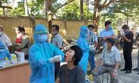 Ngành Y tế Quảng Nam lấy mẫu xét nghiệm cho người dân TP. Tam Kỳ. ảnh H. Văn