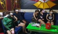 nhóm thanh niên nam nữ tụ tập, phê ma túy trong quán karaoke giữa mùa dịch COVID-19. ảnh CA