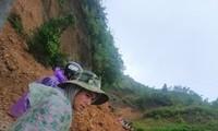Nhiều tuyến đường ở huyện miền núi Nam Trà My, Quảng Nam bị sạt lở nặng nề
