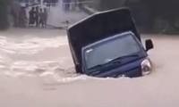 Dòng nước lũ cuồn cuộn cuốn trôi chiếc xe tải