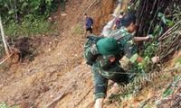 Bộ đội vượt rừng đến với ngôi làng bị cô lập sau mưa lũ. ảnh C. L. N