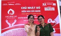 Bạn trẻ tham gia hiến máu tại chương trình. Ảnh H. Văn