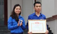 Tỉnh đoàn Quảng Nam trao tặng Bằng khen cho Trần Văn Tròn vì hành động dũng cảm cứu người. Ảnh H. Văn