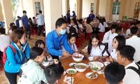 Áo xanh tình nguyện che chở thí sinh miệt U Minh Hạ