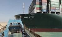 Kênh đào Suez đã thông nhưng tàu Ever Given lại kẹt, lý do vì sao và thuyền trưởng làm gì?