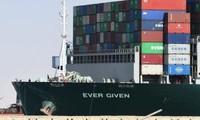 """Hình ảnh mới nhất của tàu Ever Given: """"Bỏ chặn"""" kênh đào Suez, giờ Ever Given đang ở đâu?"""