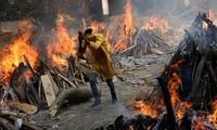 """Ấn Độ sắp thành """"địa ngục"""": Bệnh nhân COVID-19 tuyệt vọng nhảy lầu, đỉnh dịch còn chưa tới"""