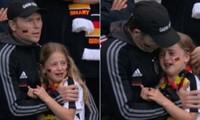 Cô bé fan của đội tuyển Đức khóc lóc khi Đức thua Anh, giờ được người Anh tặng số tiền lớn