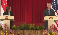 Thủ tướng Singapore và Phó Tổng thống Mỹ đã thử micro thế nào mà cả phòng họp bật cười?