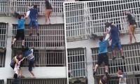 """6 người ở Trung Quốc tạo thành """"chiếc thang sống"""", cứu 2 cô bé kẹt trong căn hộ bị cháy"""