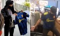 """Được học trò tặng áo Manchester United, thầy giáo Singapore phản ứng chứng tỏ """"fan cứng"""""""