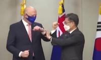 Khoảnh khắc thú vị: Bộ trưởng Quốc phòng Úc lúng túng vì quên cách cụng khuỷu tay để chào