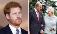 """Hoàng tử Harry nói Nữ hoàng là người """"vô cùng mạnh mẽ"""", thể hiện tình cảm với ông bà mình"""
