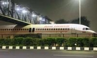 Máy bay bị kẹt dưới gầm cầu vượt ở Ấn Độ khiến dân mạng xôn xao, lý do khó ai ngờ tới