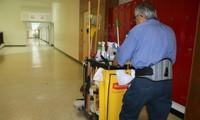 Bác lao công một mình dọn vệ sinh