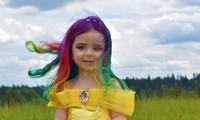 Cô bé có mái tóc màu cầu vồng