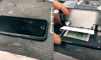 Tìm thấy tờ giấy bí ẩn gài trong iPhone của khách, anh thợ sửa máy hỏi ý kiến cư dân mạng