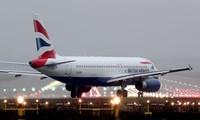Cơ phó của hãng hàng không Anh ngất xỉu giữa chuyến bay, hành khách lo bị nhiễm COVID-19