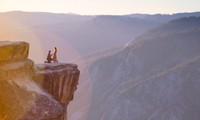Được cầu hôn lãng mạn trên đỉnh núi, cô gái bị bất ngờ nên… trượt chân ngã nhào xuống núi