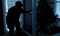 Kẻ trộm xui nhất thế giới: Đang ăn trộm thì ngồi lên điện thoại của mình và… gọi cảnh sát
