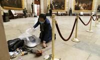 Sau hỗn loạn ở Điện Capitol, cư dân mạng xúc động trước hình ảnh nghị sĩ cúi người dọn dẹp