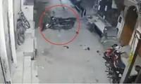 Chiếc xe máy kỳ lạ tự chuyển động trong đoạn video từ camera quan sát, cư dân mạng phản ứng trái chiều