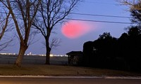 Quả cầu hồng rực kỳ dị trên bầu trời khiến nhiều người tưởng là đĩa bay, hóa ra là gì vậy?