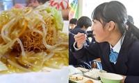 """""""Bữa trưa... không vui vẻ"""": Mỳ xào giòn cứng đến mức cả học sinh lẫn giáo viên bị mẻ răng"""