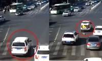 Người đi đường sốc khi em bé 3 tuổi rơi từ xe ô tô xuống, rồi đứng bật dậy chạy theo xe