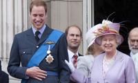 """Harry nói anh trai mình """"bị mắc kẹt"""" ở Hoàng gia, nhưng William vừa được phong tước vị mới"""