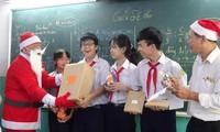 Thầy hiệu trưởng trường người ta: Hóa trang thành ông già Noel phát iPhone 12 cho học sinh