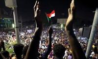 Người biểu tình Sudan bên ngoài Bộ Quốc phòng ở Khartoum. Ảnh: Reuters